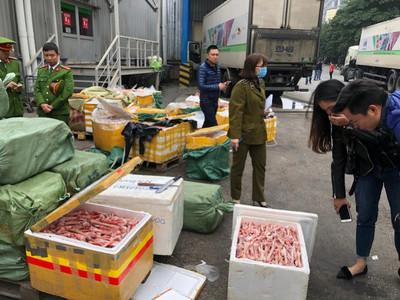 Hà Nội: Bắt hơn 5 tấn thực phẩm bốc mùi hôi thối tại khuôn viên siêu thị Mega Market