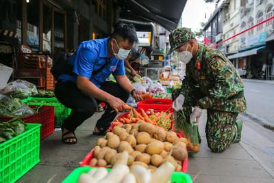 Thủ tướng đề nghị Bộ Công an xử lý nghiêm hành vi 'bom hàng' đi chợ hộ tại TPHCM